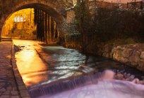 Foto de longa exposição da água do canal flui à noite — Fotografia de Stock