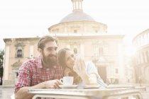 Parejas jóvenes tomando café en el café de la acera, Plaza de la Virgen, Valencia, España - foto de stock