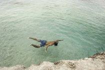Людина, купання в морі, Кала Goloritze, Сардинія, Італія — стокове фото