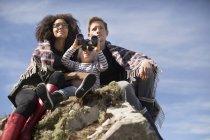 Familie, sitzen auf den Felsen, junge mit dem Fernglas — Stockfoto