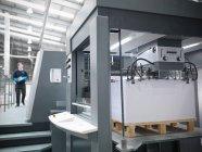Papierzufuhr auf Presse in Druckereien — Stockfoto