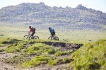 Велогонщики на склоне холма — стоковое фото