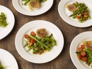 Plates of peppered fried goats cheese and salad — Stock Photo