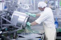 Männliche Arbeiter arbeiten in Bio-Tofu-Produktionsfabrik — Stockfoto