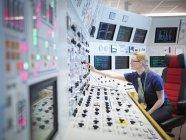 Opérateur féminin dans un simulateur de salle de commande de centrale nucléaire — Photo de stock