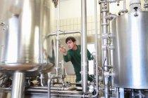 Рабочая машина пивоваренного завода — стоковое фото