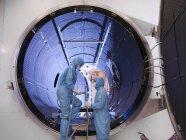 Рабочие с камерой спутникового тестирования — стоковое фото