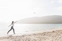 Женщина, наслаждаться пляжем, Сардиния, Италия — стоковое фото