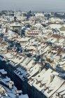 Vista de cidade de alto ângulo com telhados cobertos de neve, Berna, Suíça — Fotografia de Stock