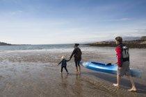 Family with canoe on beach, Loch Eishort, Isle of Skye, Hebrides, Scotland — Stock Photo