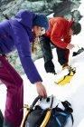 Альпіністи підготовки спорядження на засніжені гори — стокове фото