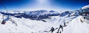 Панорамный вид подъемника в снегу покрыты горы, Sankt Moritz, Энгадин, Швейцария — стоковое фото