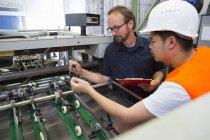 Factory worker with supervisor — Stock Photo