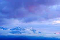 Nebel und schneebedeckte Berge in der Morgendämmerung, Bolschoi Thach Naturpark, kaukasische Berge, Republik Adygäa, Russland — Stockfoto