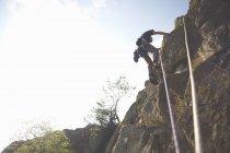 Низким углом зрения рок-альпинист, восхождение на скале — стоковое фото
