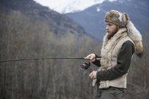 Homem adulto médio pesca — Fotografia de Stock