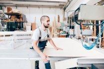 Junge Erwachsene Zimmermann bei der Arbeit im workshop — Stockfoto