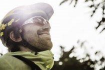 Профіль чоловічого велосипедист в шолом на відкритому повітрі — стокове фото