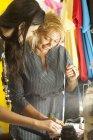 Seamstress escrita clientes medições na loja de costura — Fotografia de Stock