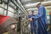 Engenheiros que trabalham no reparo da carcaça da turbina durante a interrupção da usina — Fotografia de Stock