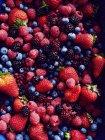 Pile of strawberries, blackberries, blueberries, raspberries and cranberries — Stock Photo