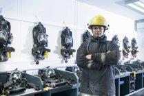Feuerwehrmann-Porträt im Atemschutzgeräteabstellraum der Brandsimulationsanlage — Stockfoto