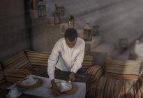 Serveur préparant des arrangements de lieu, Marrakech, Maroc — Photo de stock