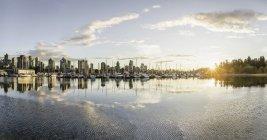 Skyline de Marina et de la ville au coucher du soleil, Vancouver, Canada — Photo de stock