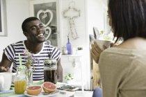 Giovane coppia che condivide la colazione insieme — Foto stock