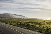 Береговим ландшафтом і шосе під хмарного неба — стокове фото