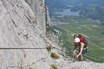Femme grimpeuse sur via ferrata Che Guevara, Monte Casale, Trentin, Italie — Photo de stock
