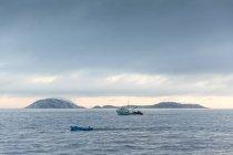 Рыбацкие лодки на океане, Кагаррас, Рио-де-Жанейро, Бразилия — стоковое фото
