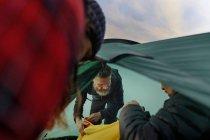 Escursionisti costruzione tenda in campo, Lapponia, Finlandia — Foto stock