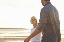 Молодая пара наслаждается солнечным пляжем — стоковое фото