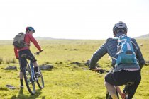 Rear view of cyclists cycling on hillside — Stock Photo