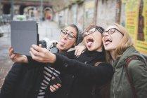 Trois soeurs prenant selfie sur rue — Photo de stock