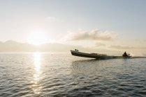 Рибак в моторному човні по озеру, Науншве, Інле озеро, Бірма — стокове фото