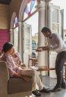 Молоді пара подаватиметься вина в ресторані, Гавана, Куба — стокове фото