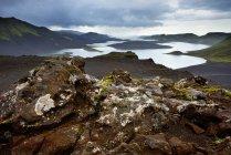 Lago veidivotn circondato da montagne sotto cielo nuvoloso — Foto stock