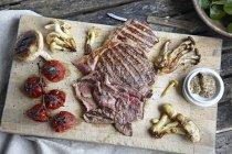 Plateau de steak, champignons et tomates — Photo de stock