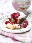 Тарелка сахарной пудры малиновый пирог на столе — стоковое фото