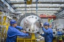 Ingénieurs inspectant la turbine pendant la panne de la centrale — Photo de stock