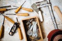 Gruppe von Zimmerei Handwerkzeuge auf Werkbank — Stockfoto