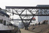 Navire porte-conteneurs, grues et trains de marchandises — Photo de stock