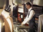 Портной, работающий в магазине портных — стоковое фото