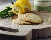 Filetti di frolla al limone su tagliere vintage in legno — Foto stock