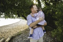 Father and young son hugging at Lake Ontario, Oshawa, Canada — Stock Photo
