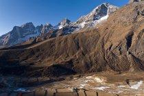 Montagnes enneigées surplombant la vallée — Photo de stock