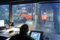 4500 тонн кузнечного пресс-центра на сталелитейном заводе — стоковое фото