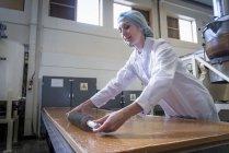 Travailleur de coupe de caramel à la confiserie dans la chocolaterie — Photo de stock